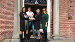 Burgemeester Waanders ontvangt verkiezingsprogramma S!N
